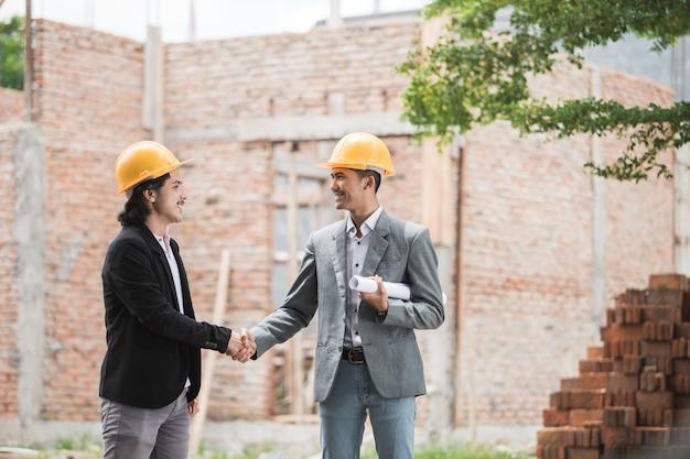 Concepteurs, discuter, construction, plan, serrer main