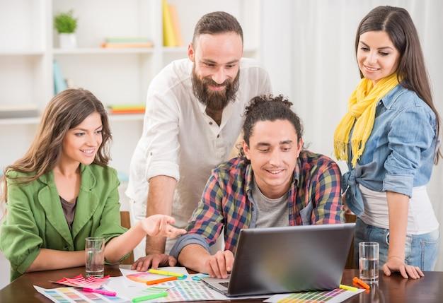 Les concepteurs habillés occasionnels discutant projet au bureau.