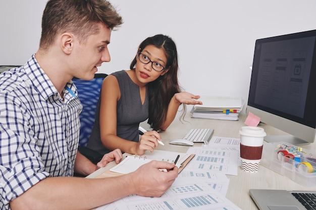 Les concepteurs d'interface utilisateur et ux ont une conversation émotionnelle sur les détails clés de l'interface d'application mobile
