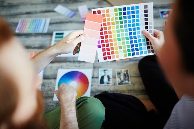 Les concepteurs qui choisissent la palette de couleurs