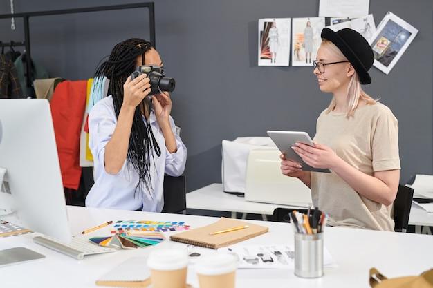 Les concepteurs se photographient en studio