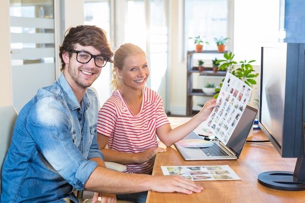 Concepteurs souriants travaillant ensemble