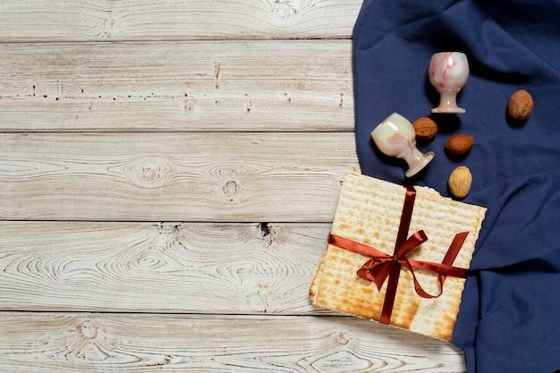 Conception de bannière pâque fête juive avec vin, pain azyme sur fond en bois.