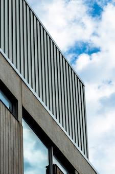 Conception de bâtiment à faible angle avec fenêtre