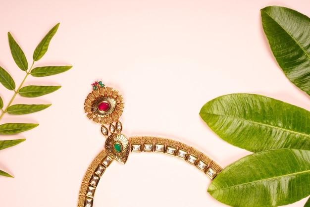 Conception de bijoux de collier avec des feuilles