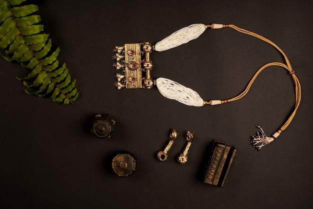 Conception de bijoux collier traditionnel indien avec des feuilles