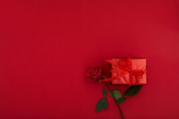 Conception de carte de saint valentin rose rouge et coffret cadeau
