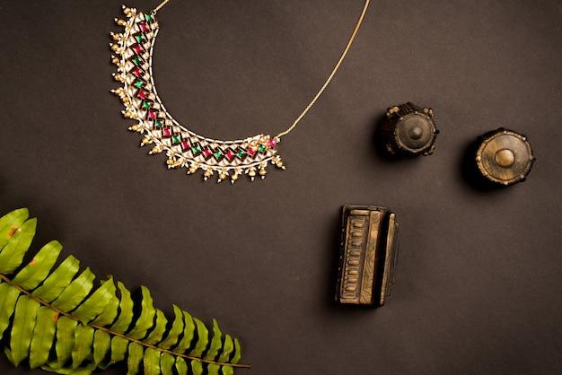 Conception de collier avec des feuilles
