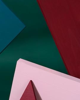 Conception créative formes géométriques fond de couleur rouge, vert, rose. style minimal. ajoutez votre texte.
