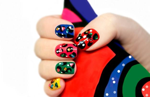 Conception créative d'ongles multicolores