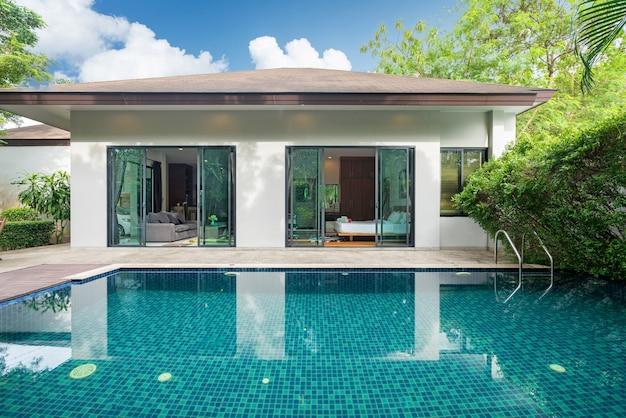 Conception extérieure de la maison, de la maison et de la villa avec piscine, jardin, terrasse et terrasse