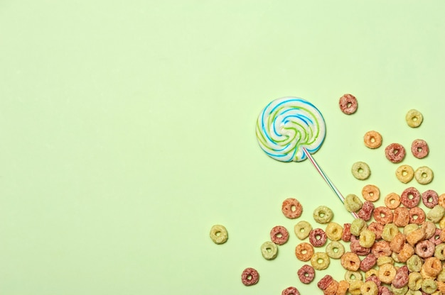Conception de fête d'anniversaire avec espace de vue de dessus de confettis pour le texte