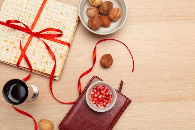 Conception de la fête de la fête juive avec du vin, du pain azyme sur bois. vue d'en-haut. pose à plat