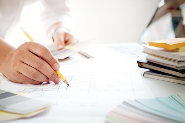 Conception graphique et échantillons de couleurs et stylos sur un bureau. dessin architectural avec outils de travail et accessoires.