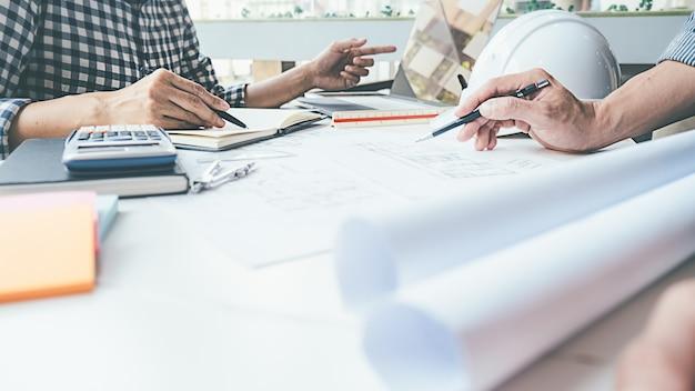 Conception d'ingénieur architecte travaillant sur le concept de planification de plan directeur