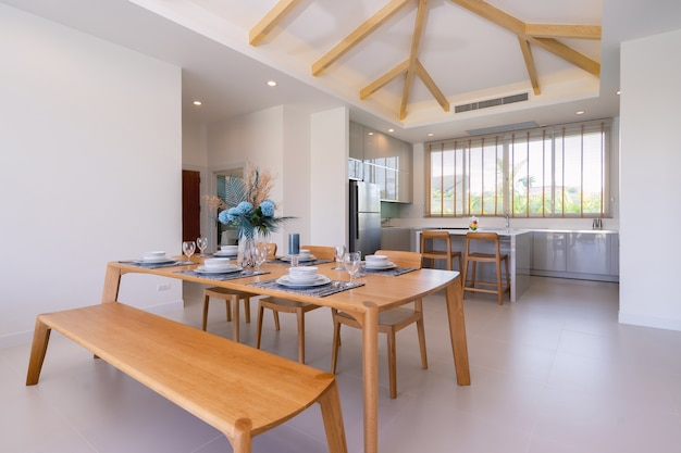 Conception intérieure et extérieure du salon et de la salle à manger à aire ouverte