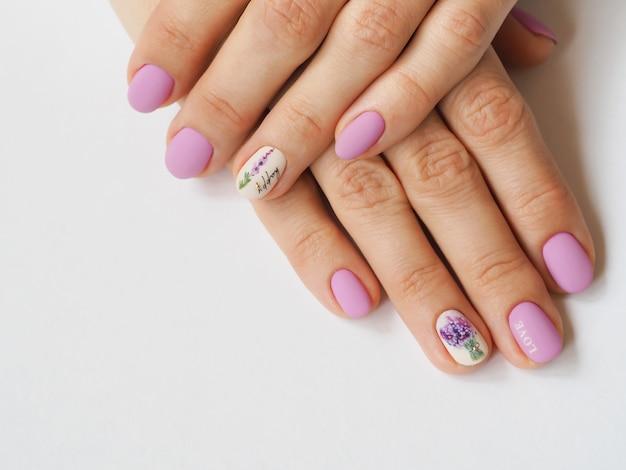 Conception de manucure lilas à la mode sur votre main.