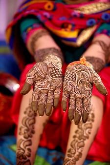 Conception de mehndi dans la main de la fille de mariage