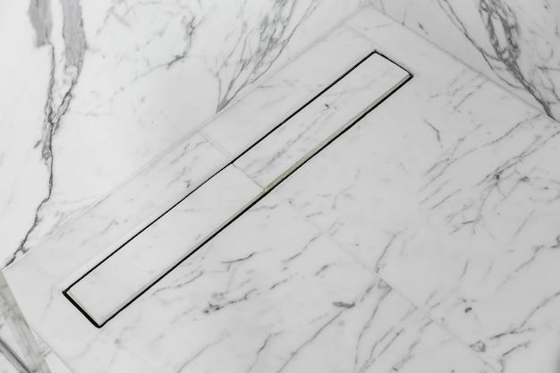 Conception moderne de drain de plancher de ligne de ractangle avec le sol en marbre blanc