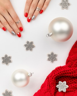 Conception d'ongles de noël nouvel an. manucure, concept de salon de beauté pédicure.