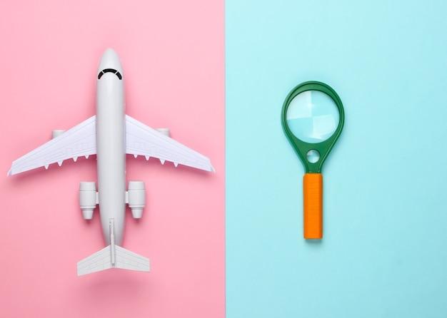 Conception à plat du concept de voyage avec avion et loupe.