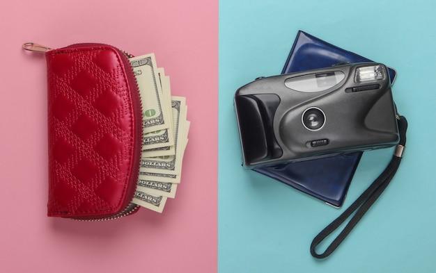 Conception plate du concept de voyage avec portefeuille, passeport, appareil photo. pastel bleu rose. minimalisme.