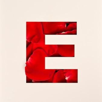 Conception de polices, police alphabet abstraite avec pétales de rose, typographie de fleurs réalistes - e