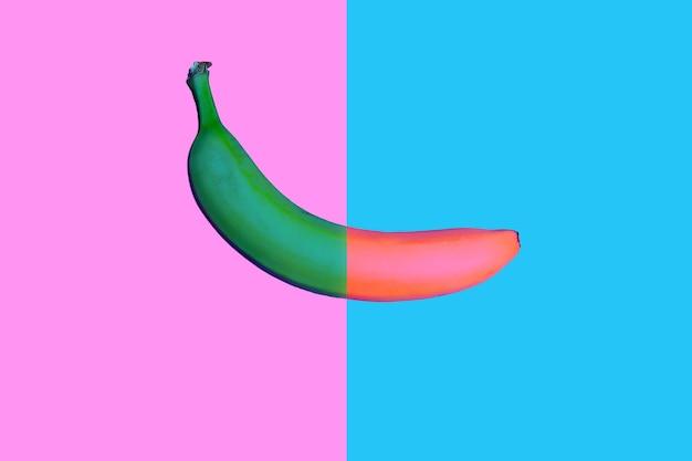 Conception pop de style plat de banane bicolore sur fond de couleur vive. style minimaliste. vue de dessus