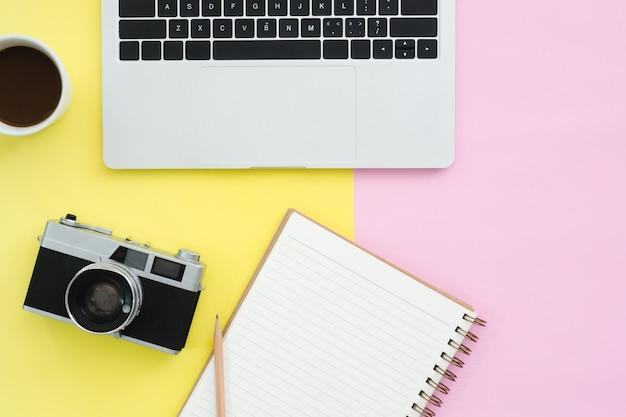 Conception de pose plate de l'espace de travail de bureau - vue de dessus maquette d'ordinateur portable