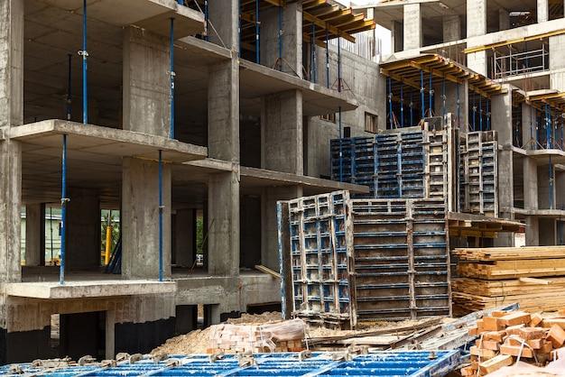 Conception de renforcement de cadre de renforcement pour maison à ossature en béton, maison en brique, coffrage pour bétonnage, chantier de construction, construction de maisons