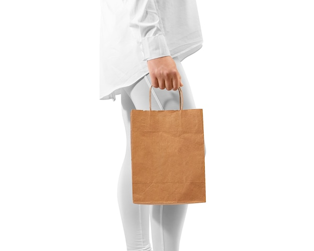 Conception de sac de papier kraft brun blanc tenant la main
