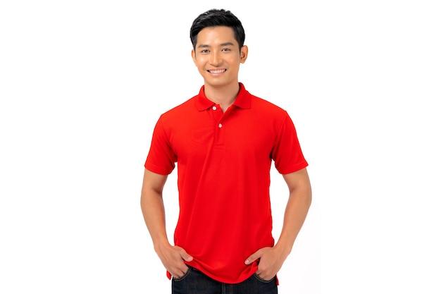 Conception de t-shirt, jeune homme en chemise rouge isolé sur blanc