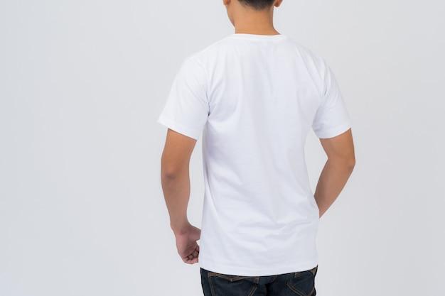 Conception de t-shirt, jeune homme en t-shirt blanc isolé sur blanc