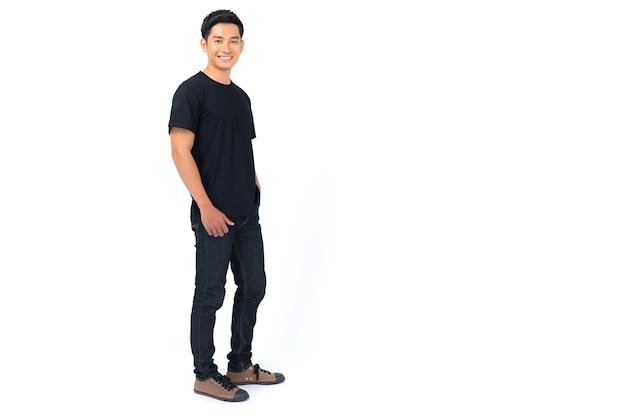 Conception de t-shirt, jeune homme en t-shirt noir isolé