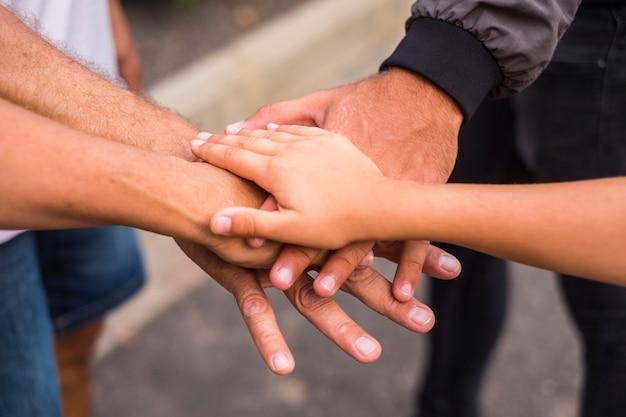 Conceptmother d'équipe et de famille avec les mains se touchant en plein air. image d'amour et de relation et d'amitié. les gens de race blanche