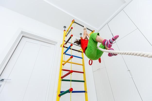 Concepts d'activité des enfants. petite fille caucasienne ayant des exercices d'étirement