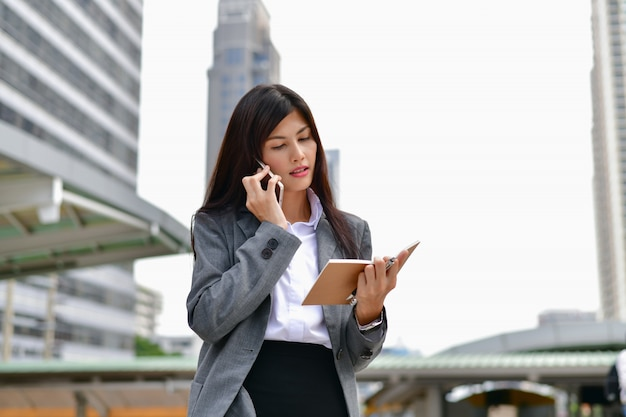 Concepts de communication d'entreprise. les jeunes hommes d'affaires communiquent à l'aide de téléphones mobiles.