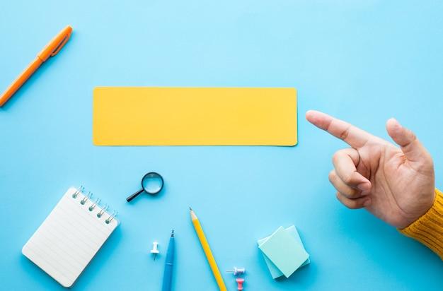 Concepts de créativité et d'inspiration d'entreprise avec la main de la personne et le papier à bulles