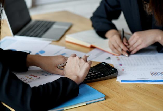 Concepts de démarrage d'entreprise, le nouveau personnel de bureau analyse les données des graphiques.