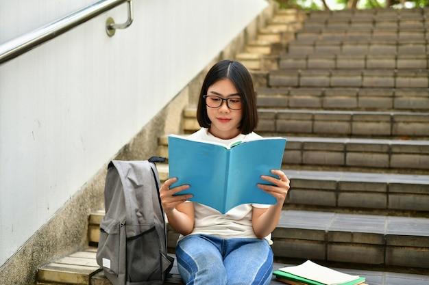 Concepts d'éducation. femmes asiatiques lisant des livres à l'université.