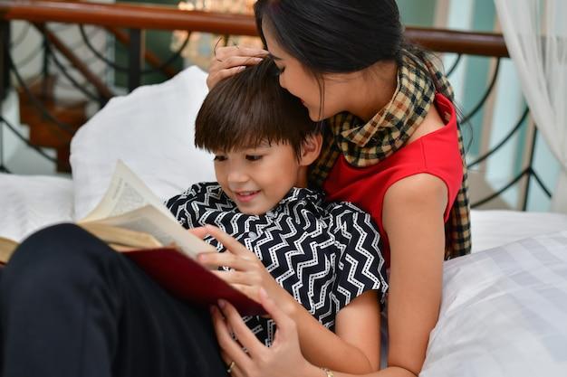 Concepts d'éducation. maman enseigne à son fils à étudier. la famille fait des activités à la maison.