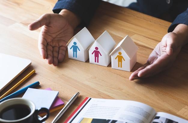 Concepts familiaux avec maison ou économiser de l'argent.gestion financière.projet et plan