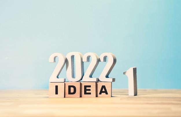 Concepts d'idée commerciale et de créativité 2022 avec texte sur boîte en bois sur fond de couleur.vision du succès.