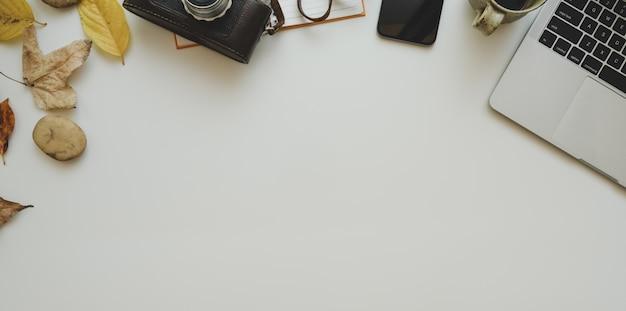 Concepts de lieu de travail d'automne: vue de dessus d'un lieu de travail minimal avec un ordinateur portable