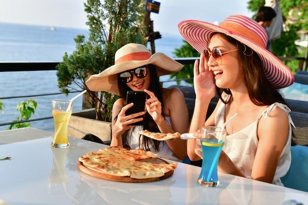Concepts de voyage. belle fille mange dans un restaurant de bord de mer.