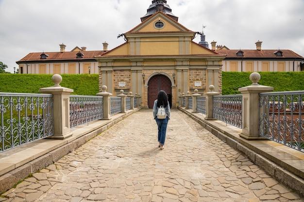 Concepts de voyage et de destination touristique. célèbre château de nesvizh comme un exemple profond du patrimoine médiéval et de la résidence de la famille radziwill.