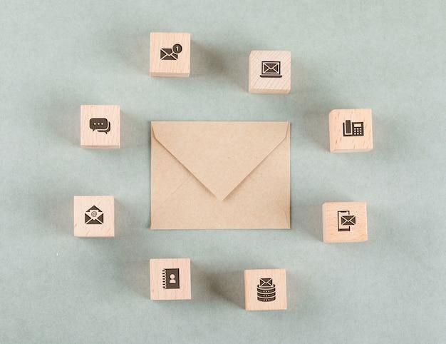 Conceptuel de gestion avec des cubes en bois, enveloppe.
