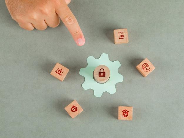 Conceptuel de la main de l'homme de confidentialité des données pointant. avec des blocs en bois, icône de paramètres de papier.