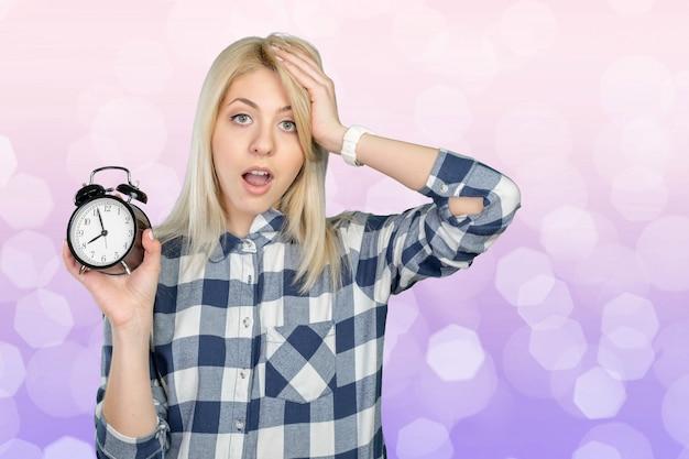 Concerné, jeune femme, pointage horloge