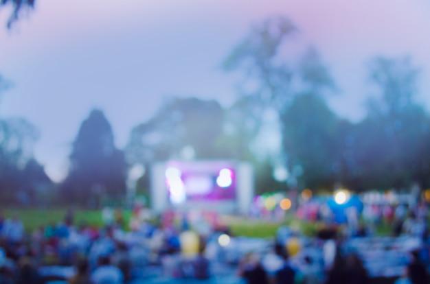 Concert live dans le jardin. festival de bokeh lumière nocturne abstraite en plein air